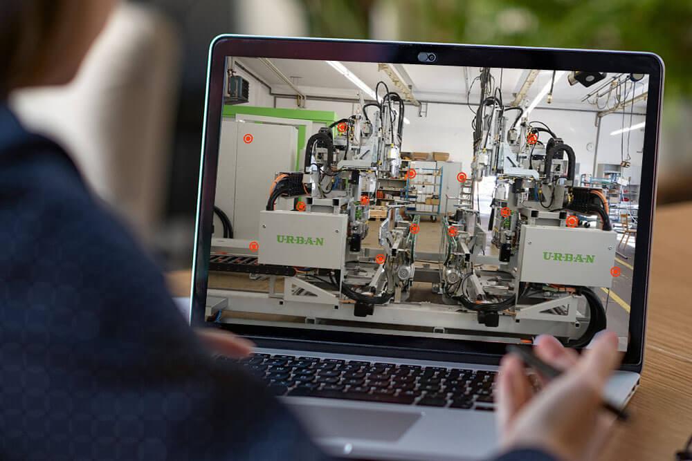 Urban Aufzeichnung - Interessent schaut Urban 3D Tour am Laptop