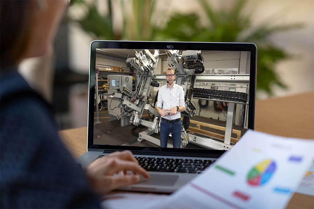 Urban Aufzeichnung - Interessent schaut Urban Video am Laptop